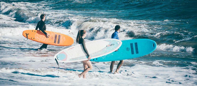 El auge de las escuelas de surf en España